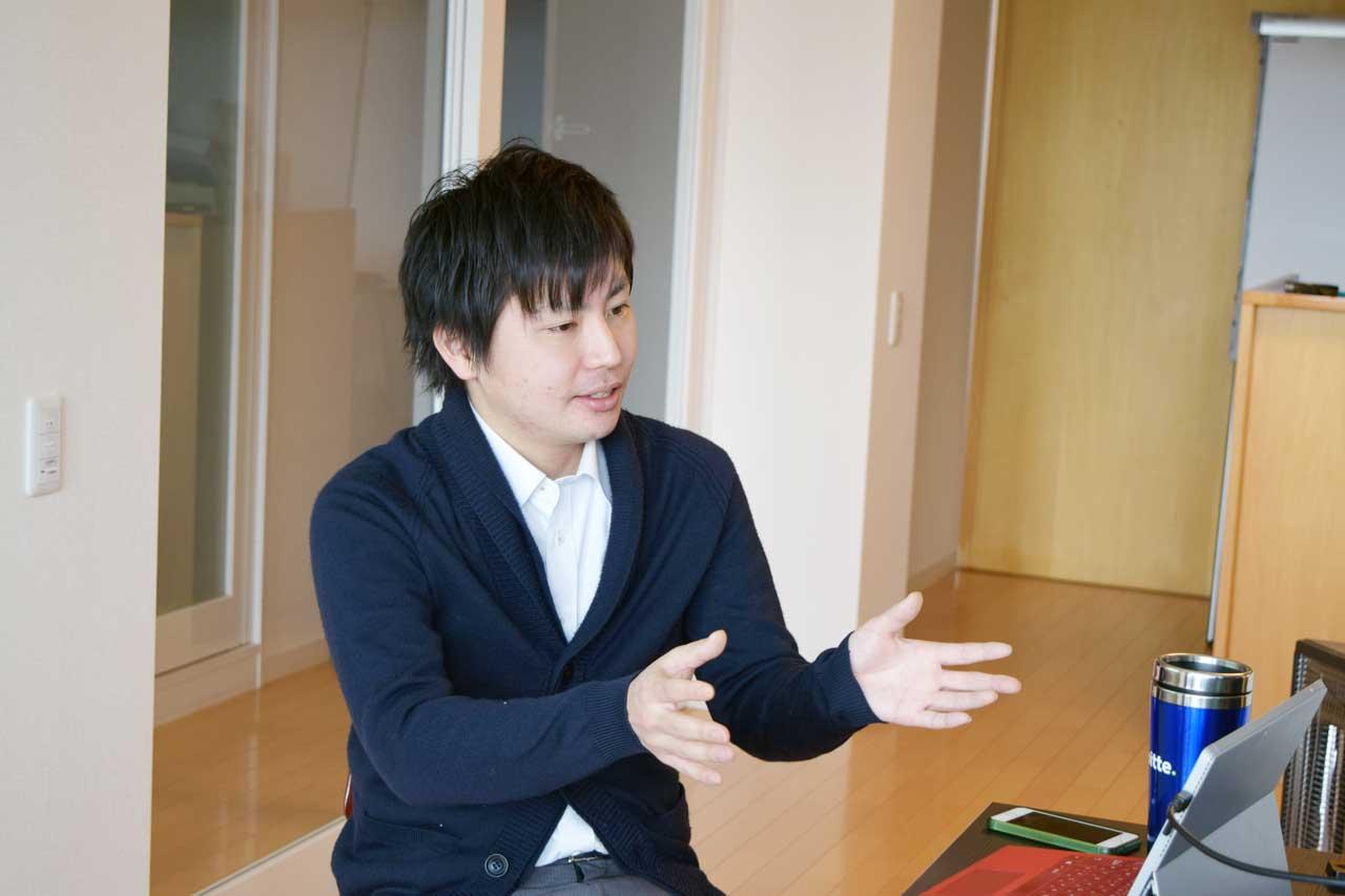 インタビューに応える菅家さん