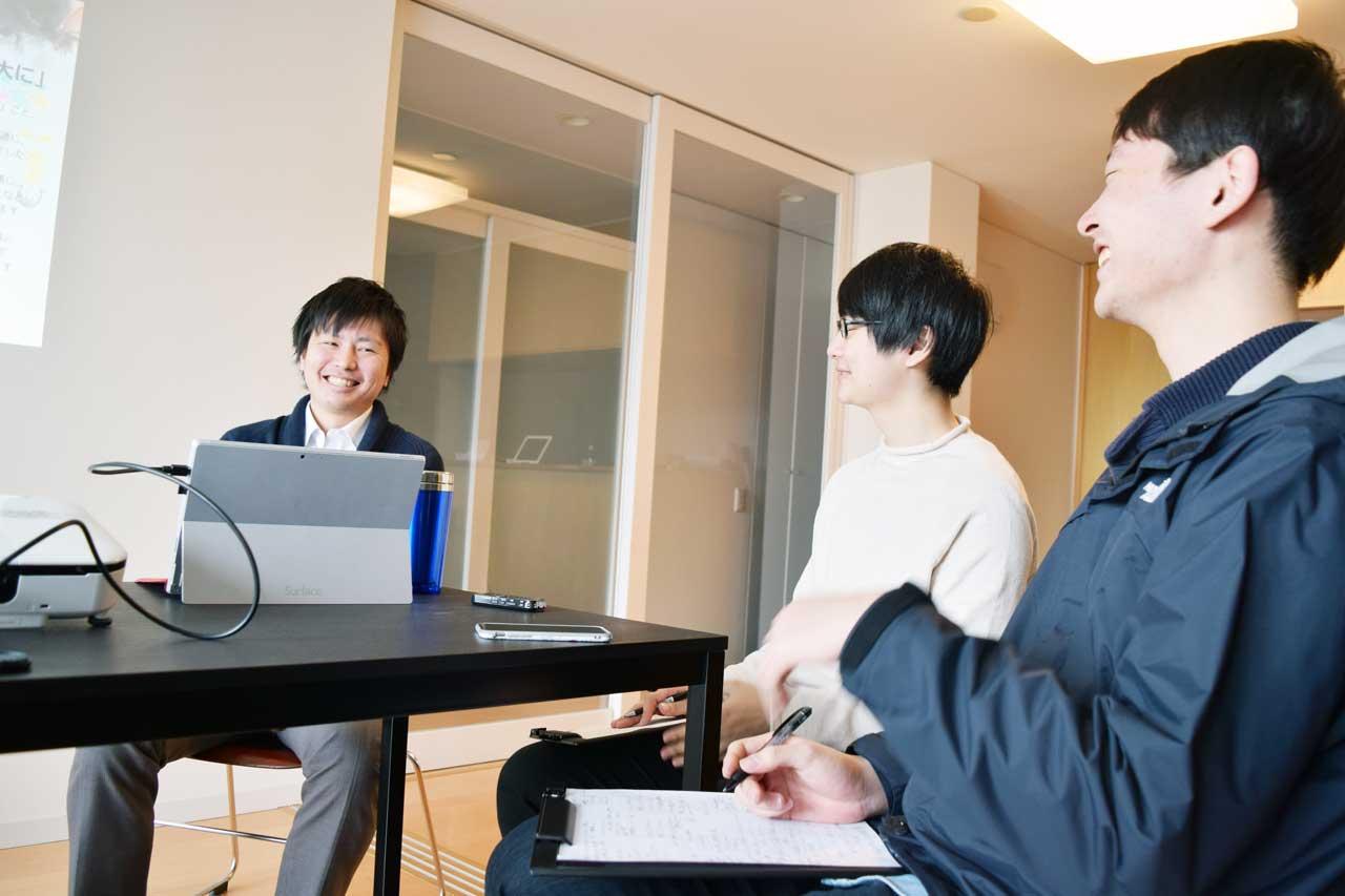 取材スタッフと菅家さん